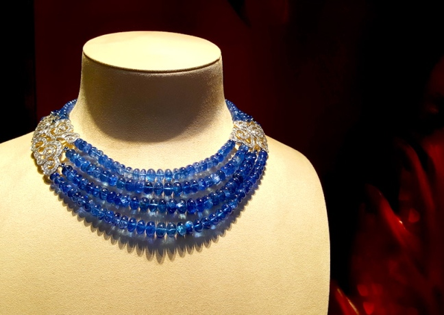 Cornflower blue sapphires strung in polished roundels, flanked by diamond adorning findings, at Cartier. Not feeling blue, anymore!